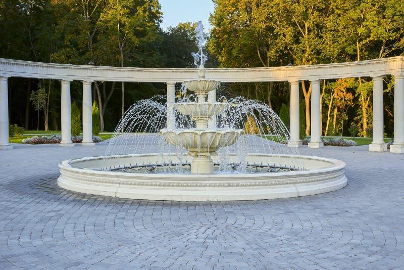 Brunnen, Pergola und Herbstbäume im Park lizenzfreie stockfotografie