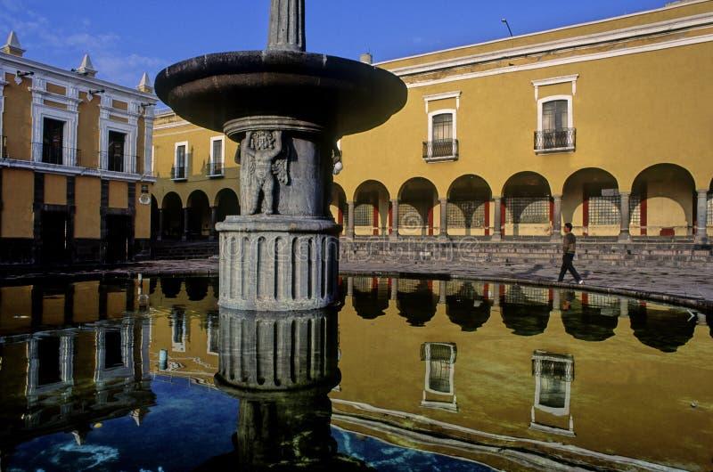 Brunnen reflektiert in Puebla lizenzfreie stockfotografie