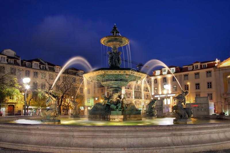 Brunnen in Rossio Quadrat, Lissabon, Portugal stockfotos