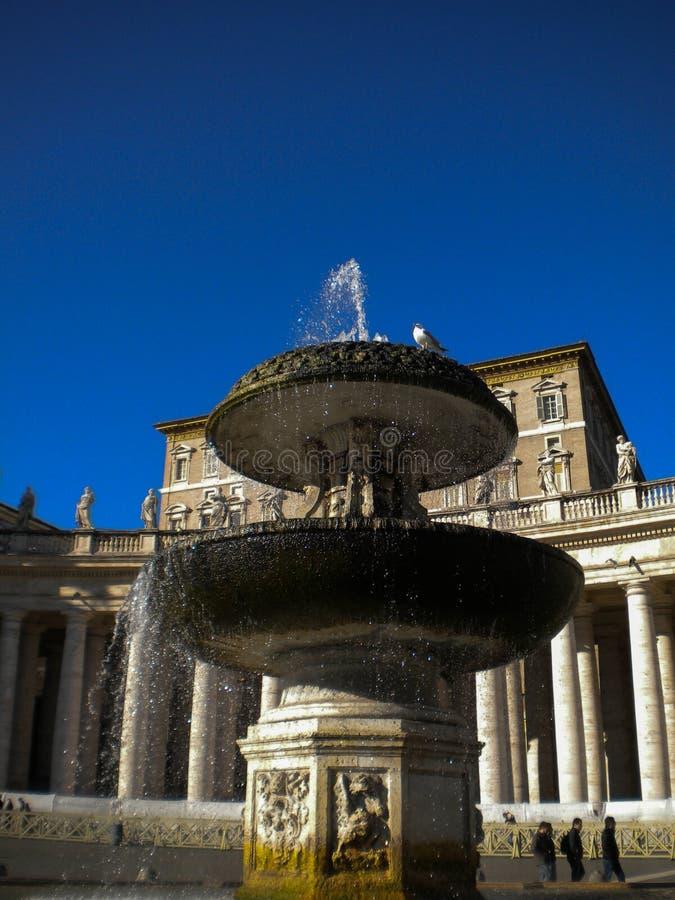 Brunnen in St Peter von Bernini in der Vatikanstadt stockbilder