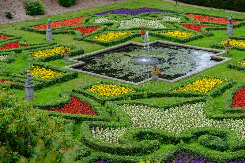 Brunnen, Teich und schöne Gärten bei Lyme Hall in Höchst-Distri stockfotografie