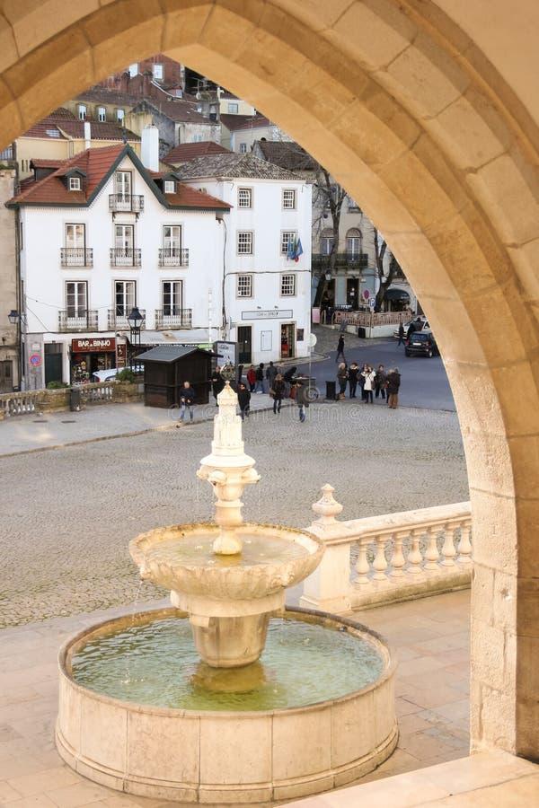 Brunnen u. Quadrat am Eingang des nationalen Palastes. Sintra. Portugal lizenzfreies stockbild
