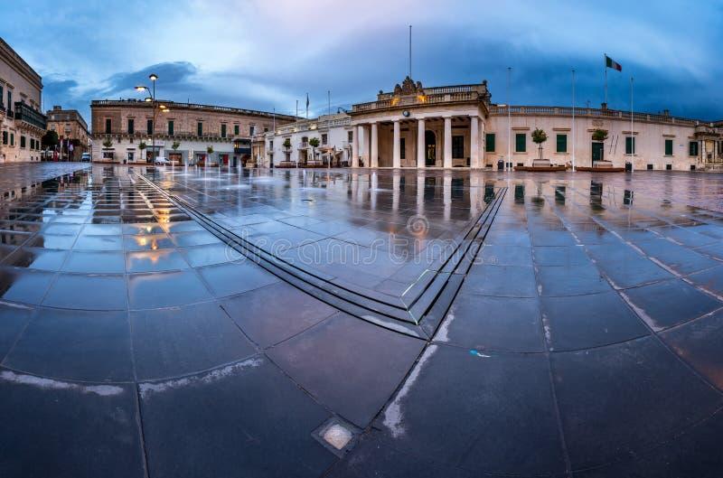Brunnen und Heiliges George Square auf dem regnerischen Morgen lizenzfreie stockbilder