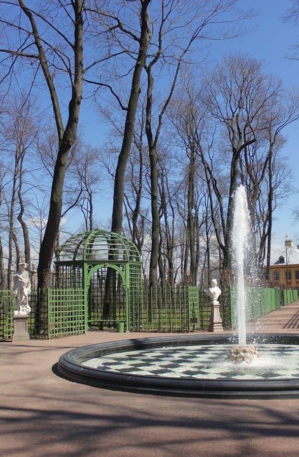 Brunnen und Pergola im Stadtpark stockbild