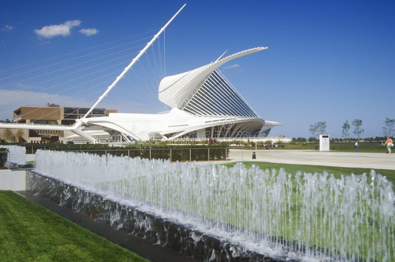 Brunnen und Skulptur am Eingang des Milwaukee Art Museum auf Michigansee, Milwaukee, WI lizenzfreie stockbilder