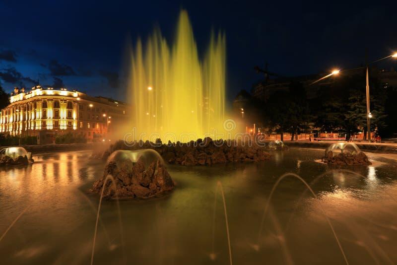 Brunnen und sowjetisches Kriegs-Denkmal auf Schwarzenbergplatz-Quadrat Wien lizenzfreie stockfotografie