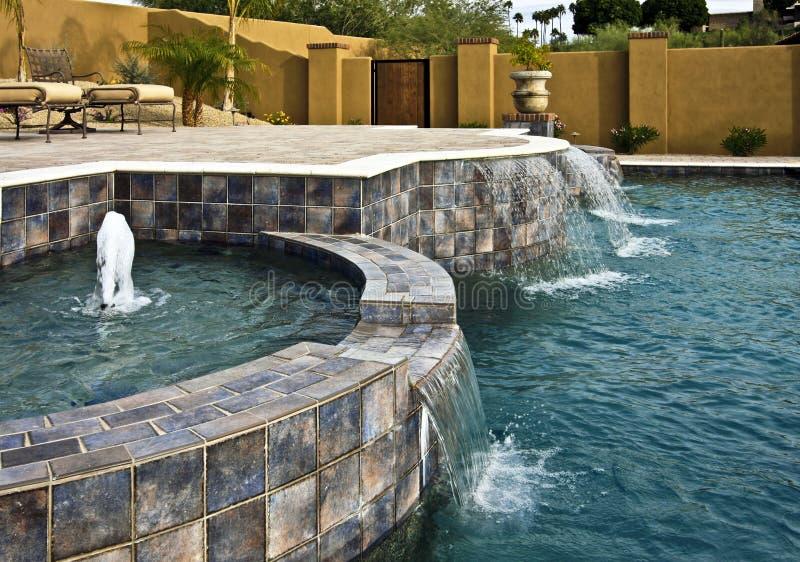 Brunnen- und Wasserfalpool stockfoto