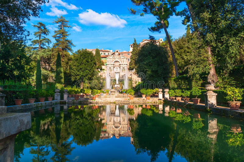 Brunnen von Neptun und Organ in Landhaus d Este in Tivoli stockfotografie
