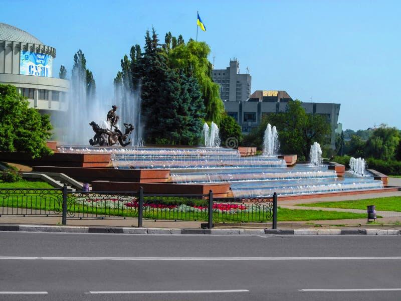 Brunnen von Sadko an einem hellen Sommertag in Sumy stockfotos
