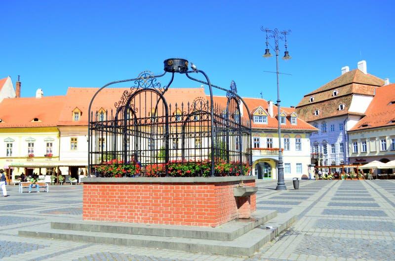 Brunnen - zentraler Platz in Sibiu stockfotos