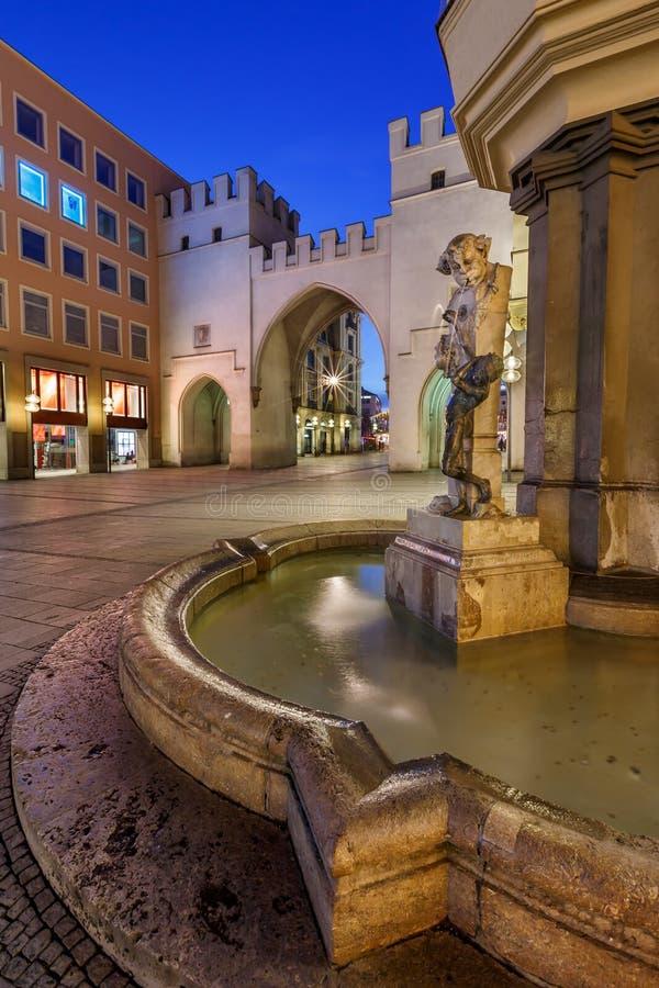 Brunnenbuberl fontanna i Karlstor brama fotografia stock