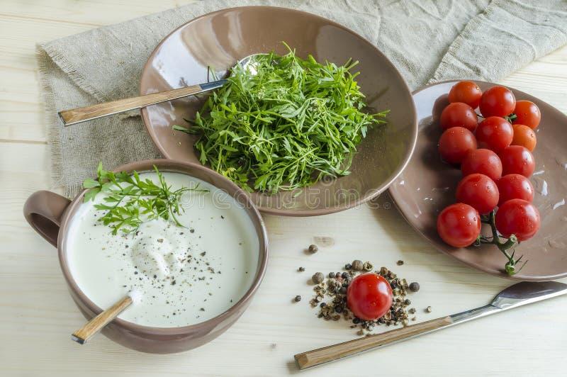 Brunnenkressesalat mit Kirschtomaten und -Sauerrahm stockfotos