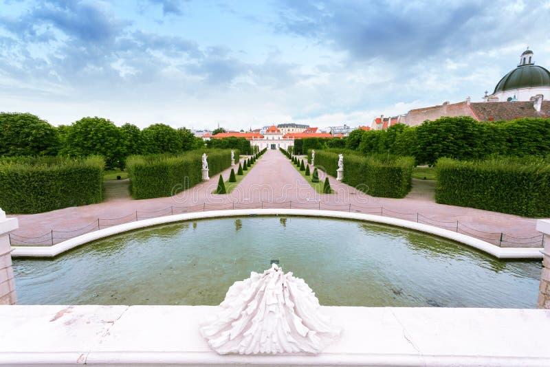 Brunnenskulpturen in den Belvedere-Gärten mit niedrigerem Belvedere, Wien, Österreich stockbilder