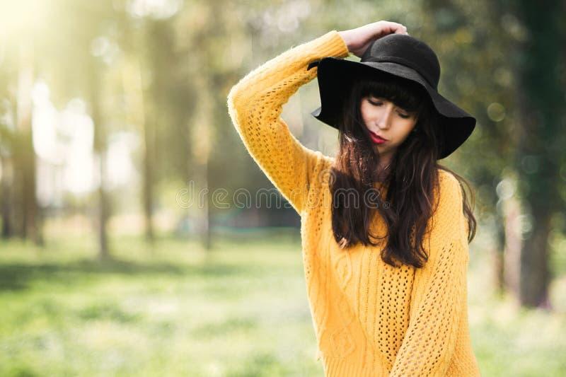 brunnete愉快和微笑的女孩的画象 库存照片