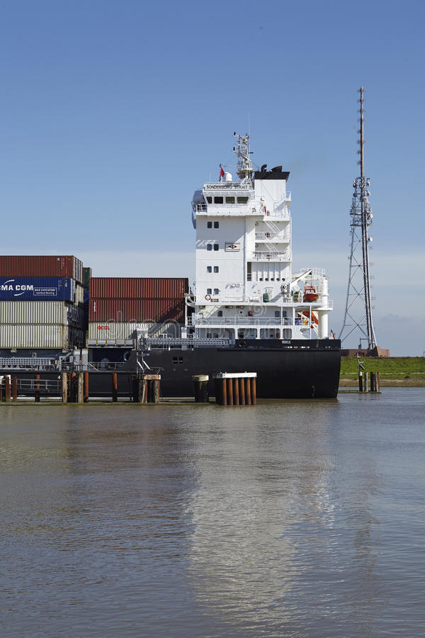 Brunsbuettel - nave portacontainer al lockage fotografie stock libere da diritti