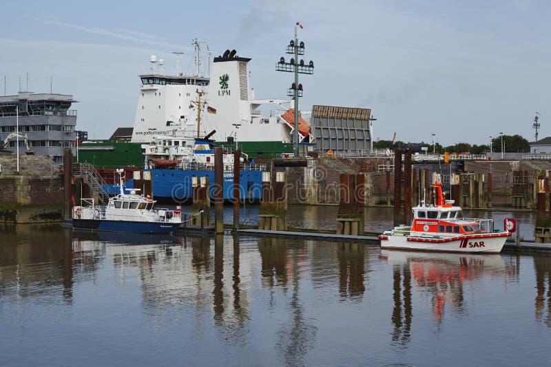 Brunsbuettel - Vrachtschip bij lockage aan Kiel Canal royalty-vrije stock afbeeldingen