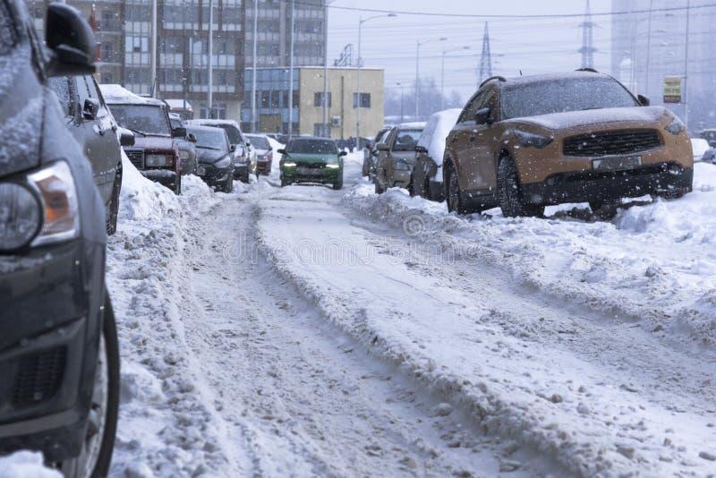 Brunst för snöstadsväg, rengöra av snöig vägar, farlig körning royaltyfri foto