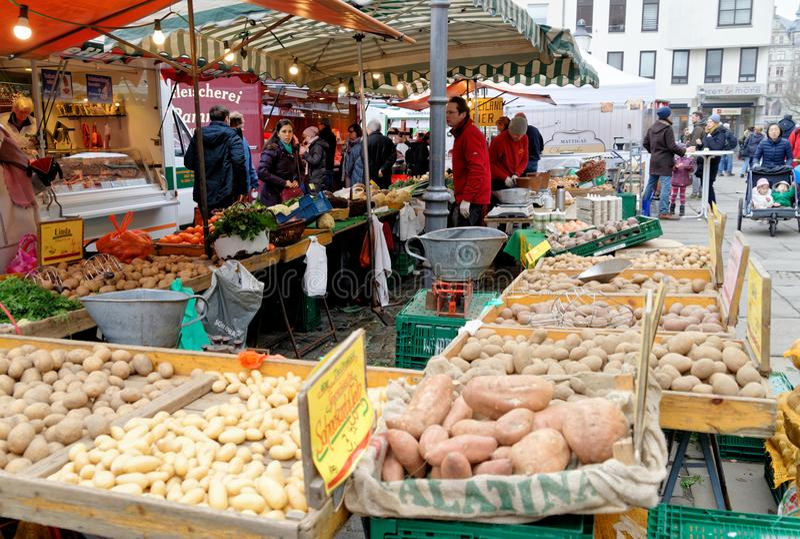 Brunswick, χαμηλότερη Σαξωνία, Γερμανία, 27.2018 Ιανουαρίου: Οι πωλήσεις αντιπροσωπεύουν τα λαχανικά και τις πατάτες στο παλαιό τ στοκ εικόνες