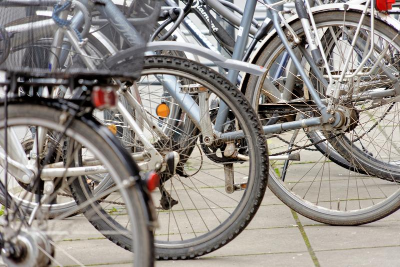 Brunswick lägre Sachsen, Tyskland, Januari 27,2018: Cyklar som parkeras på en stor cykelkugge i stadsmitten av Brunswick, redaktö royaltyfri bild