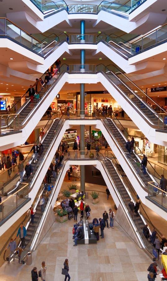 Brunswick, Niski Saxony, Niemcy, Styczeń 27,2018: Eskalatory w wielkim centrum handlowym, artykuł wstępny obrazy stock