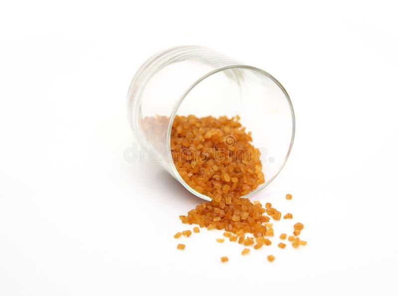 Brunt caramelized socker i en glass krus royaltyfria bilder