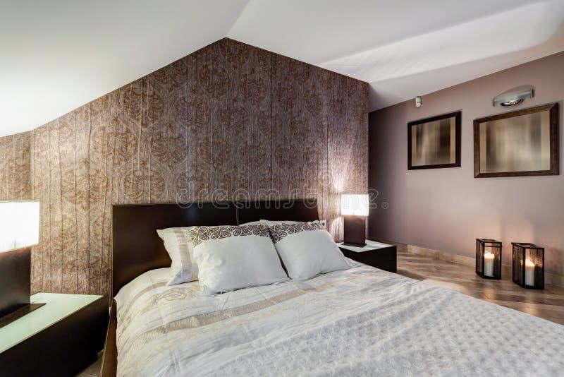 Brunt elegant sovrum arkivfoton