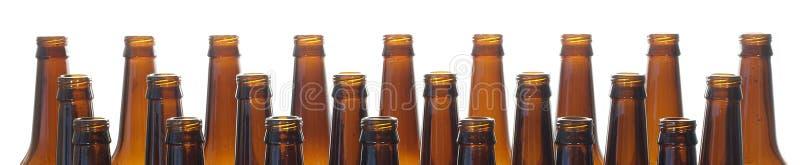 Brunt exponeringsglas för halsölflaskor som isoleras på vit bakgrund royaltyfria bilder