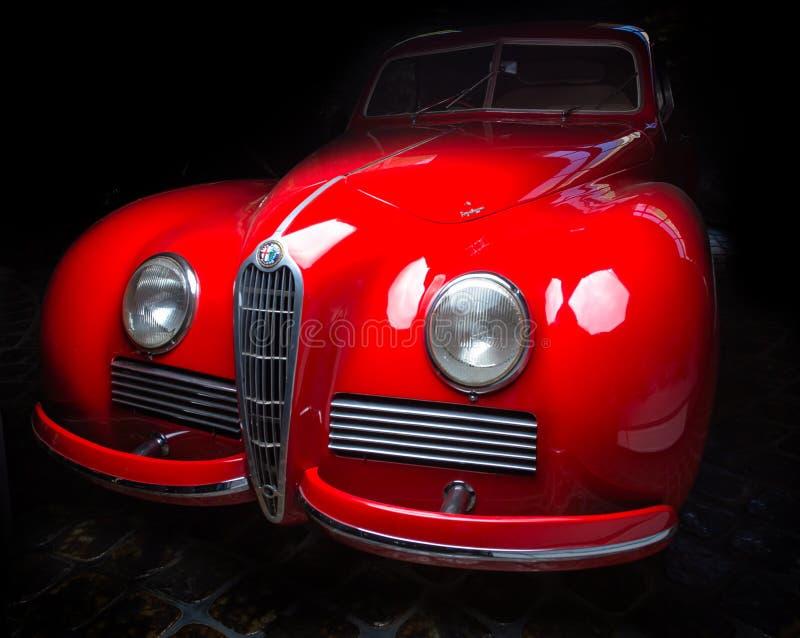 Brunt för Alfa Romeo 6C 2300B för Cabrio för bil för mörk bakgrundsAdler Trumpf junior lyxig retro bakgrund för mörker limousine arkivbild