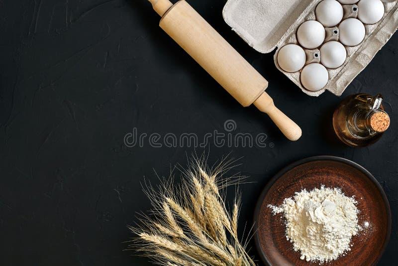 Brunt för köksbordet för förberedelsematlagning besegrar stekhet ingredienser för den nya livsmedelsbutiken för ware olika: ägg m arkivbild