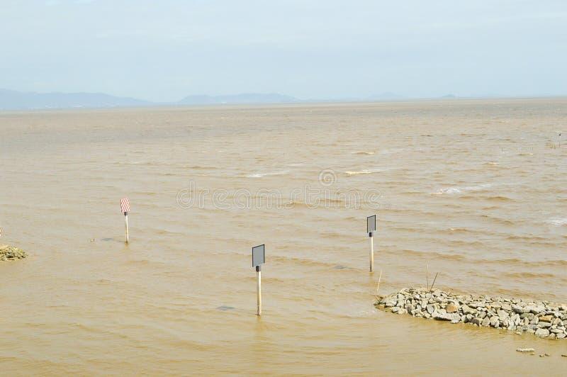 Brunt hav i bangpakong, Chachoengsao på Thailand royaltyfri fotografi