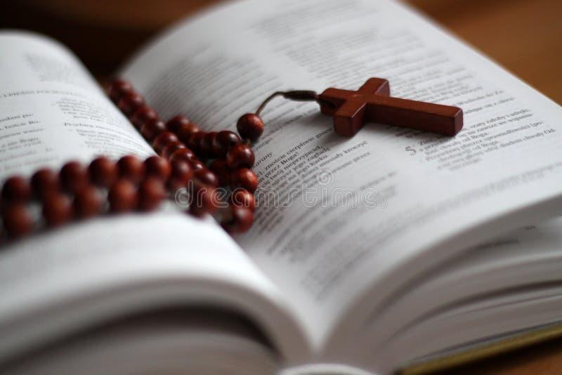 Brunt kors och bibel royaltyfri foto
