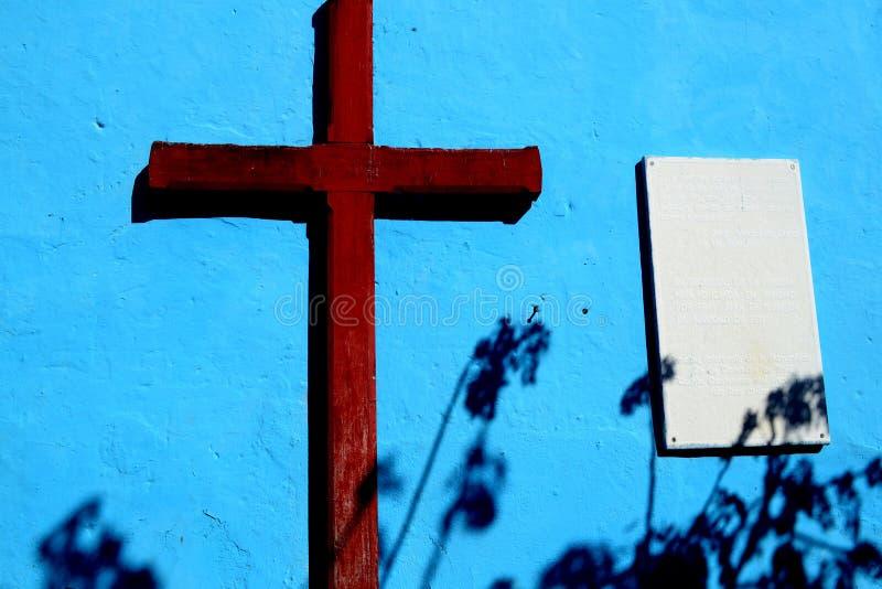 Brunt kors på en blå bakgrund cuba trinidad royaltyfria foton