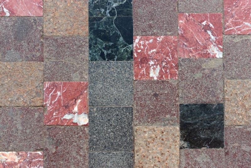Brunt och röda rutiga golvtegelplattor royaltyfri bild