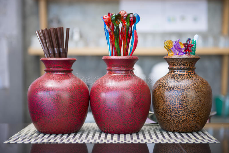 Brunt rör och färgrik mini- sked i den keramiska vasen royaltyfri bild
