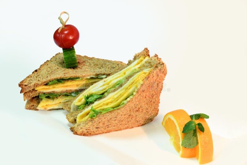 Brunt rostat bröd med ägg & apelsinen royaltyfri foto