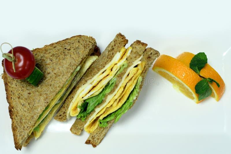 Brunt rostat bröd med ägg & apelsiner royaltyfri fotografi