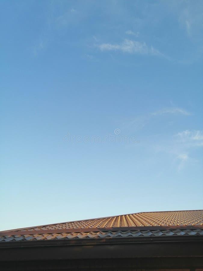 Brunt tak av huset mot himlen arkivfoton