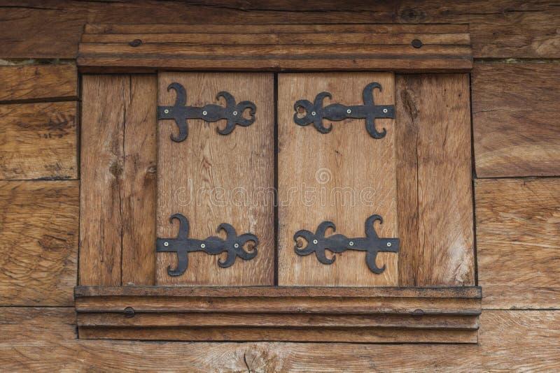 Brunt Wood Fram husfönster royaltyfria foton