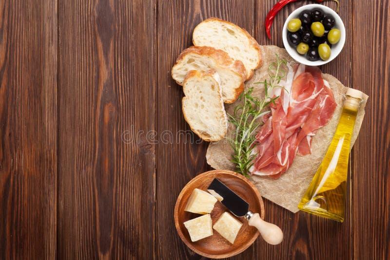 Bruschetta成份-熏火腿,橄榄,乳酪 免版税库存图片