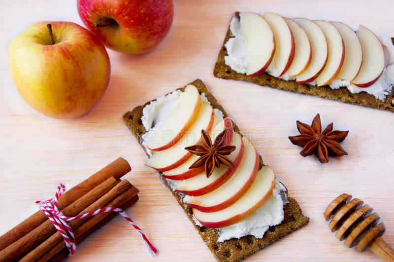 Bruschetta用乳脂干酪、苹果和蜂蜜 免版税库存照片