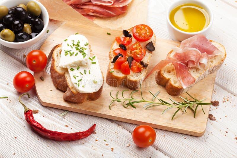 Bruschetta用乳酪、蕃茄和熏火腿 图库摄影