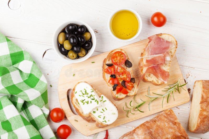 Bruschetta用乳酪、蕃茄和熏火腿 库存照片
