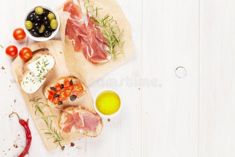 Bruschetta用乳酪、蕃茄和熏火腿 免版税库存图片