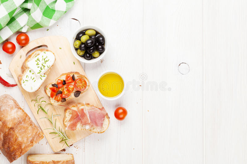 Bruschetta用乳酪、蕃茄和熏火腿 库存图片