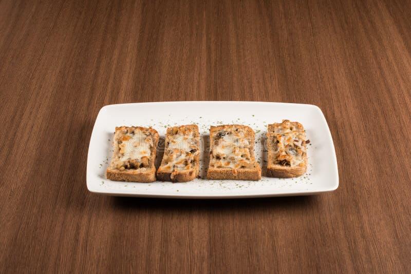 Bruschetta用无盐干酪和蘑菇 免版税库存照片