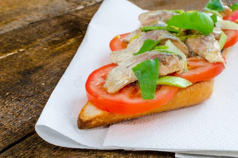 Bruschetta用蕃茄,沙丁鱼 库存照片