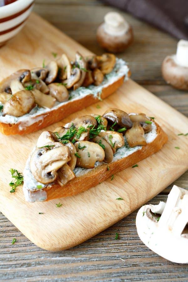 Bruschetta用蘑菇和蛋黄酱 免版税库存图片