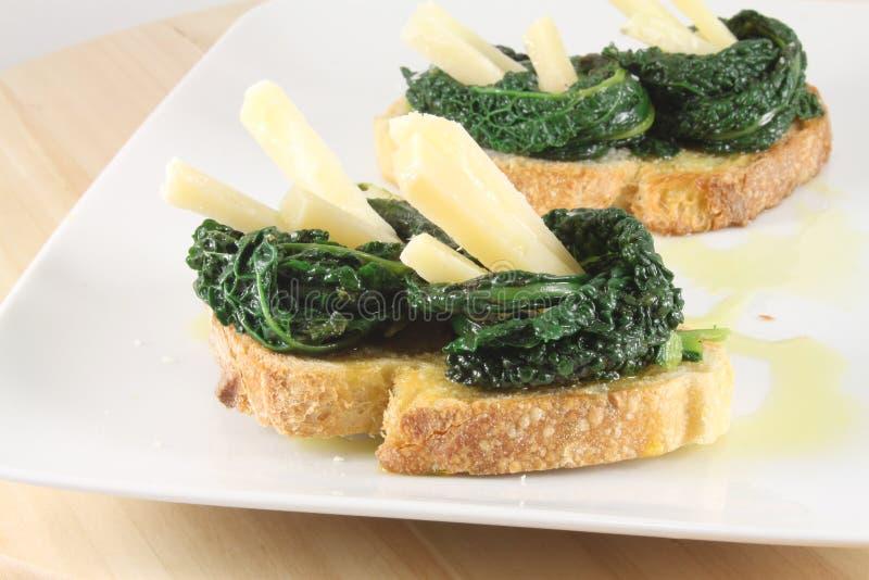 Bruschetta用绵羊乳酪和黑无头甘蓝 库存照片