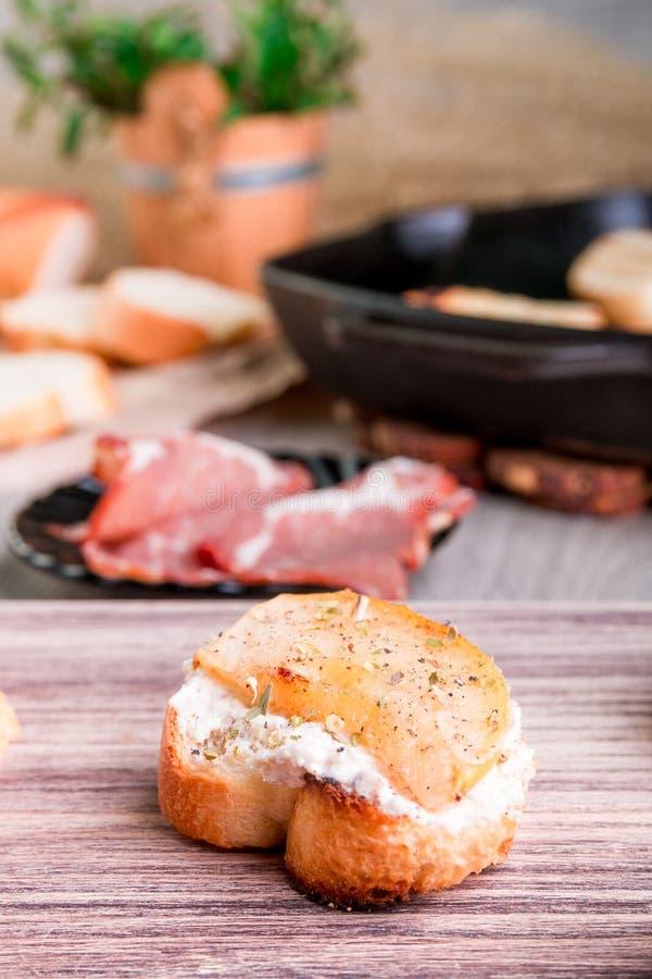 Bruschetta用creame乳酪和梨 库存照片