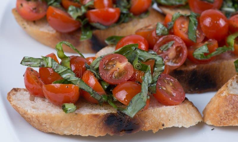 Bruschetta με την ντομάτα και το βασιλικό στοκ εικόνες